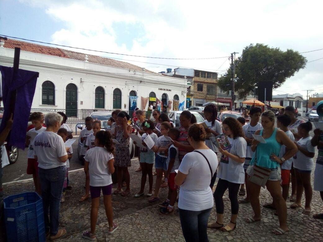 Via Sacra na Praça do Bonfim com crianças e famílias da Catequese