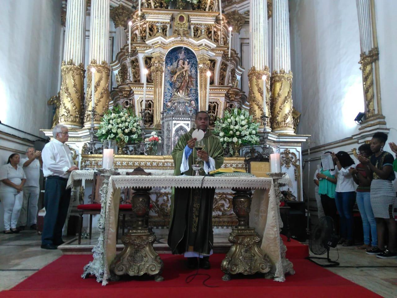 Fiéis lotam a Basílica do Bonfim durante Missa
