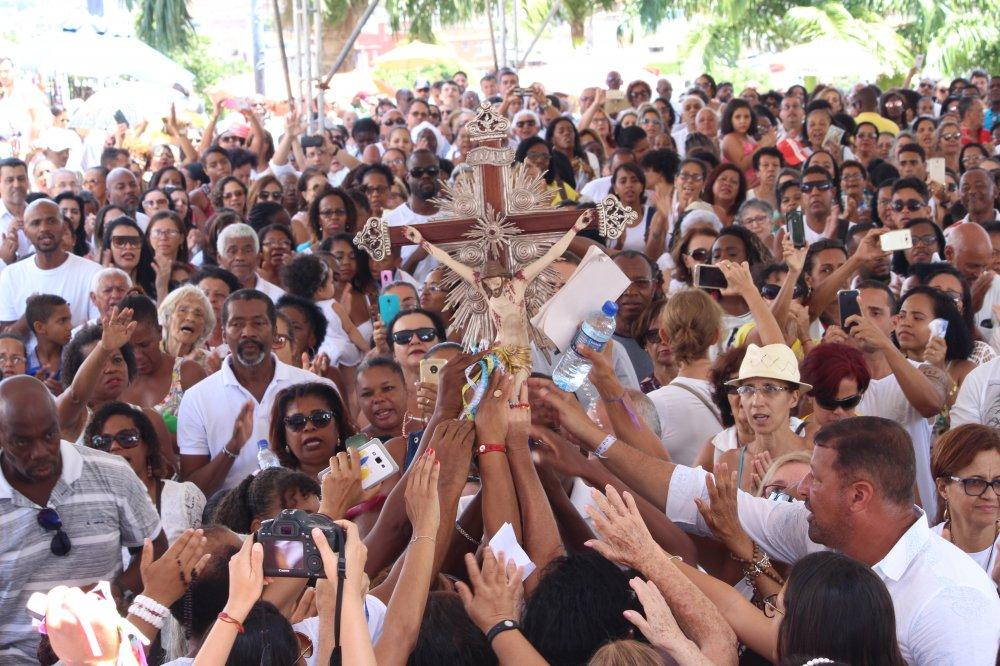 Primeira sexta-feira do ano reúne milhares de fiéis no Bonfim