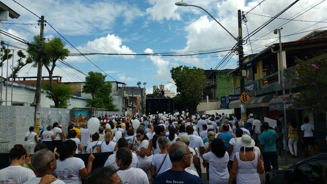 Fiéis fazem passeata até o Bonfim pedindo paz