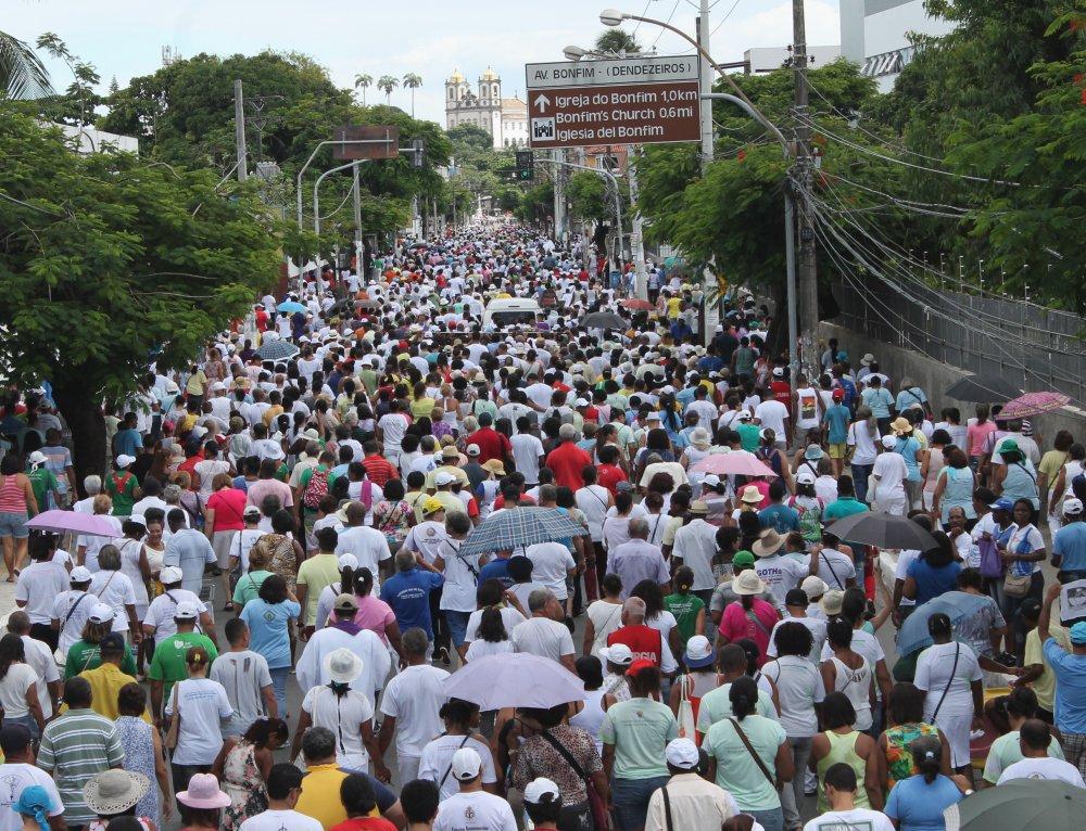 Caminhada Penitencial re�ne milhares de fi�is  em dire��o � Colina Sagrada