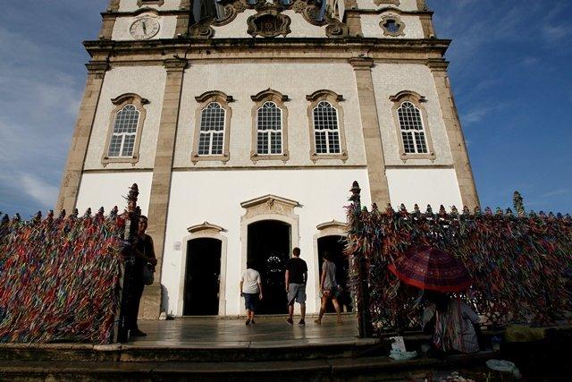 Par�quia do Sub�rbio realiza caminhada em dire��o � Bas�lica do Bonfim