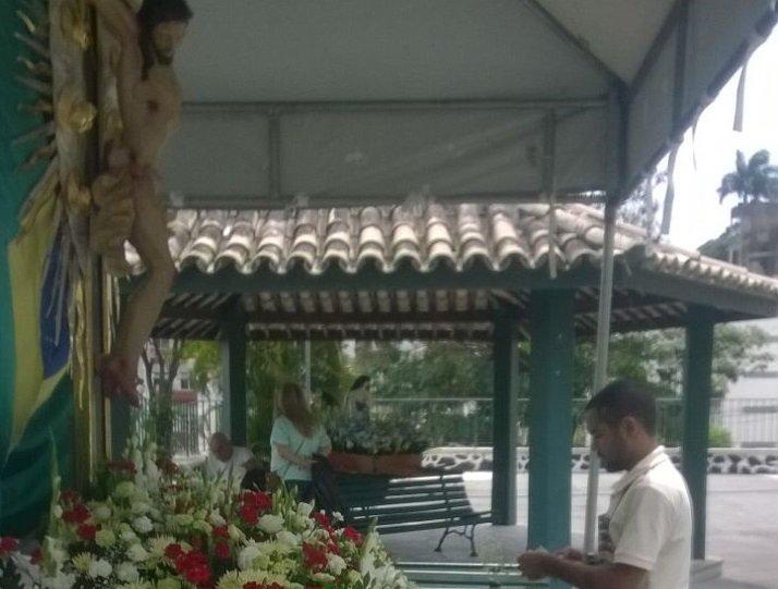 Imagem do Senhor do Bonfim � ornamentada com flores para participar de Encontr�o