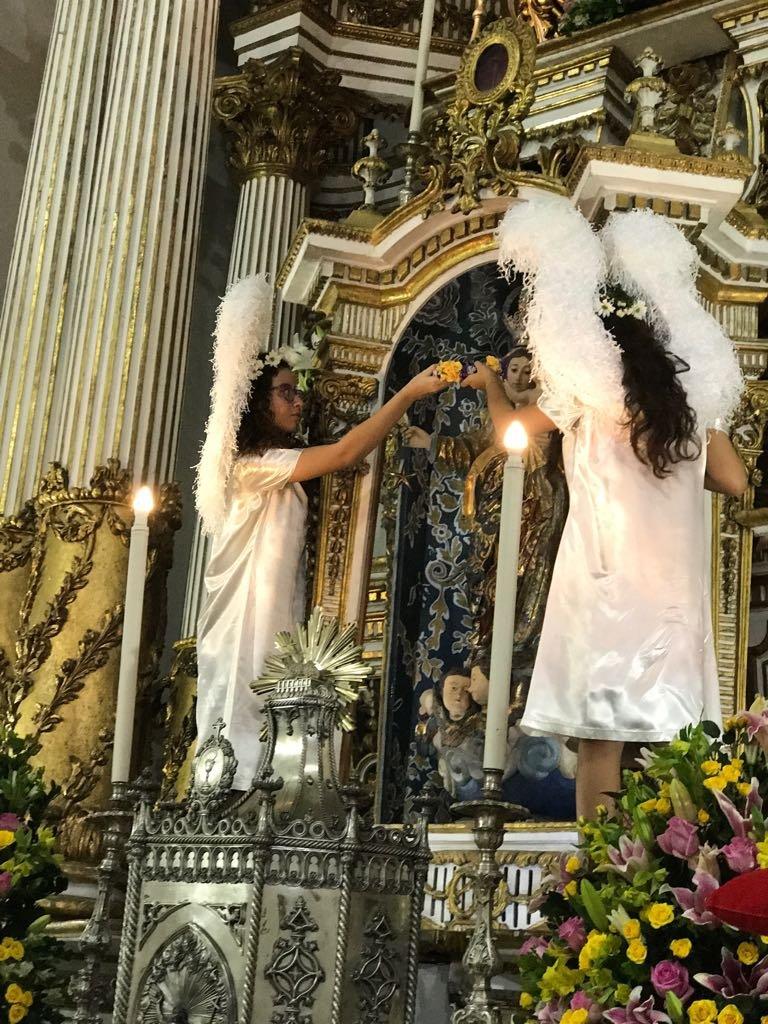 Imagem de Nossa Senhora da Guia � coroada por crian�as na Bas�lica do Bonfim
