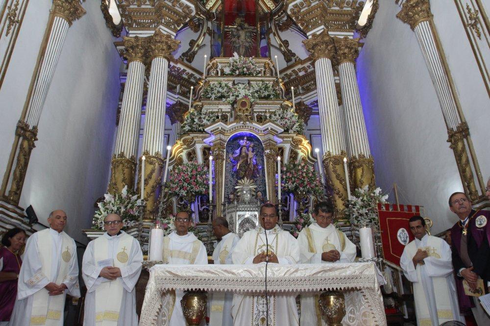 Fi�is lotam a Bas�lica durante a Missa Solene da Festa de Nossa Senhora da Guia