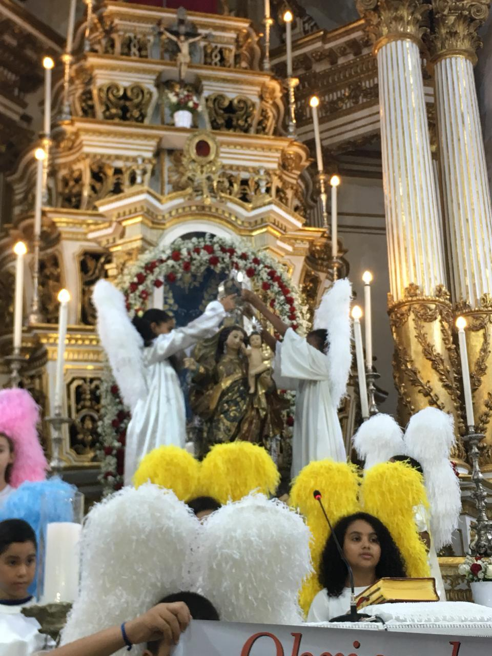 Crianças coroam Nossa Senhora na Basílica do Bonfim