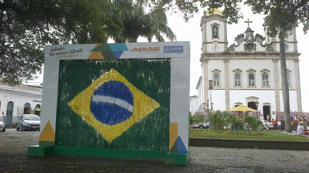 Bandeira do Brasil feita com fitinhas embeleza frente da Bas�lica