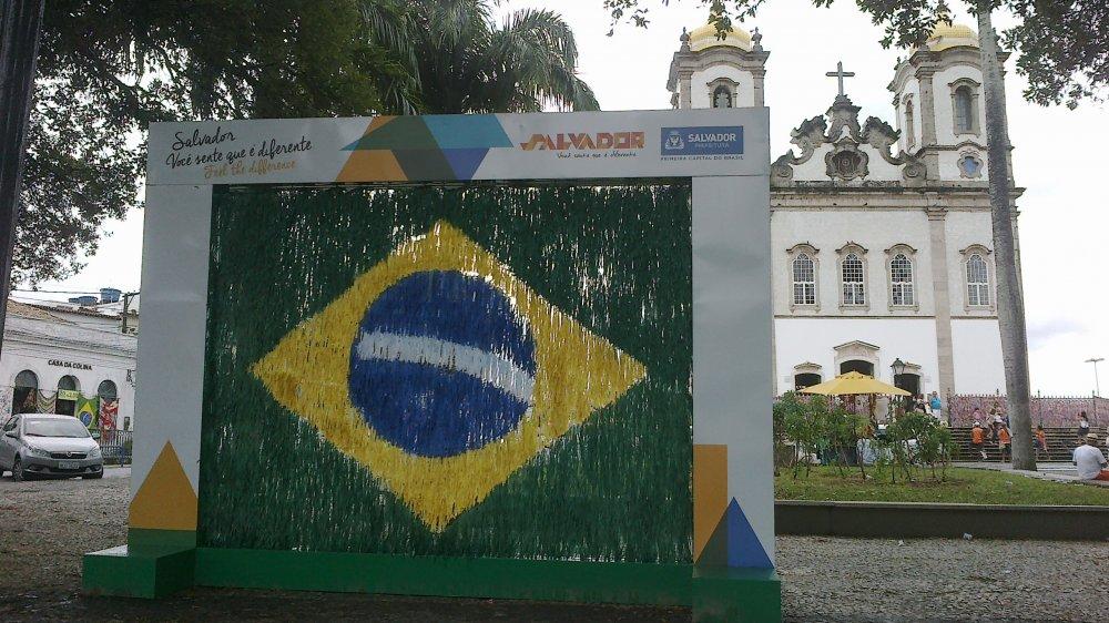 Bandeira do Brasil na praça do Bonfim